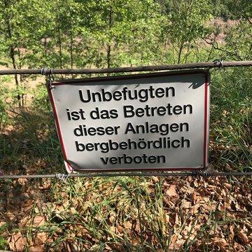 Schild im Steinbruch