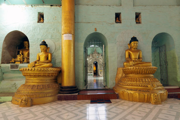 Zelfklevend Fotobehang Historisch mon. The central hall of Shitthaung temple, showing a few of the many hundreds of Buddha statues there, Mrauk U, Rakhine, Myanmar (Burma), Asia