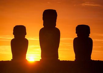 Foto op Plexiglas Historisch mon. Chile, Osterinseln, Moais in der Anlage Tahai, Sonnenaufgang in Tongariki
