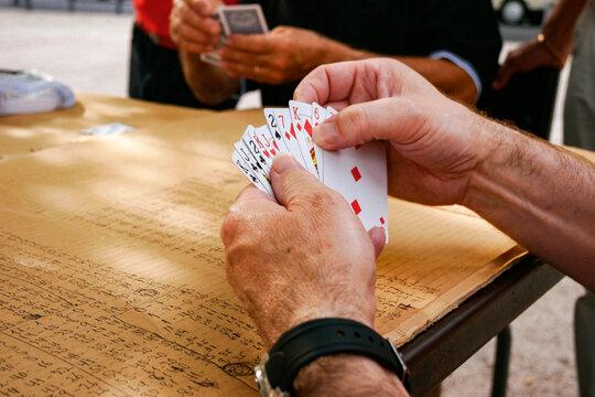 Portugal, Lissabon, Die Kartenspieler von Alameda, Stadtteil Alameda. Am Jardim da Alameda Dom Afonso Heriques treffen sich jeden Tag gegen 15:00 Uhr die Männer zum Kartenspielen, Folgende Kartenspiele werden gespielt: Sueca:Trumpf ist Pick, Chepa: Trumpf ist Herz und Bisch de Nove: Wird um Geld gespielt