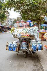Vietnam, Hà Nội, Ba Đình, Stadtteil Cong Vi Ba Dinh / Q. Ba Dính, Verkauf von Porzelan auf dem Roller
