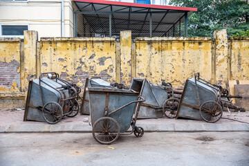 Vietnam, Hà Nội, Ba Đình, Stadtteil Cong Vi Ba Dinh / Q. Ba Dính, Mülleimer der Müllabfuhr, werden per Hand gezogen