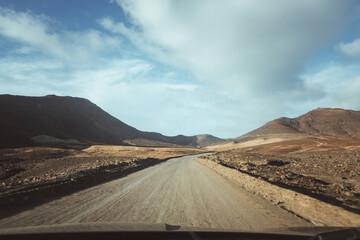 Spanien, Kanaren, Pájara, Auf der Insel Fuerteventura. Fahrt mit dem Auto im Süden von Fuerteventura. Hier auf der Straße die zum Strand El Puertito oder Playa Calle Piragua führt Fotobehang