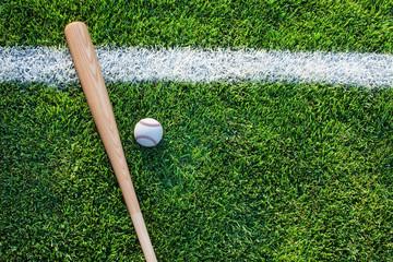 Fototapeta High Angle View Of Baseball Bat With Ball On Grassy Field obraz