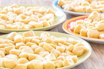 Gotowe domowe kluski ziemniaczane. Tradycyjne smaki.  Wegetariańskie jedzenie.