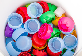 Recykling - zbieranie plastiku. Kolorowe zakrętki od napojów.