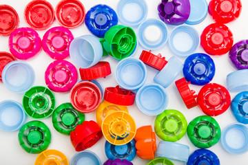 Kolorowe zakrętki od napojów. Segregacja śmieci. Recykling - zbieranie plastiku.