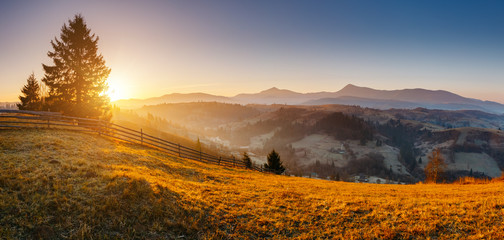 壁紙(ウォールミューラル) - Beautiful sunny day in incredible mountain landscape. Location place of Carpathian mountains.