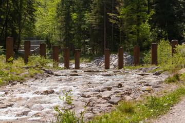 Treibholzsperre im Wasserlauf  im Jenbach bei Bad Feilnbach