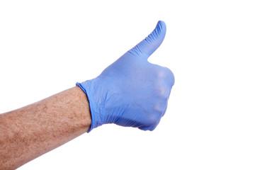 gros plan main homme mature portant un gant en latex bleu faisant un pouce levé sur fond isolé blanc