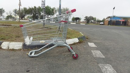 Fotomurales - Abandoned Shopping Cart On Road