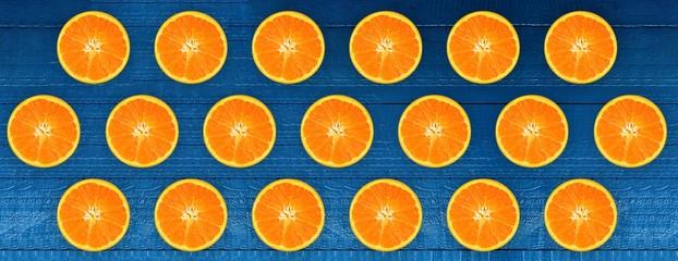 Padrão de fruta laranja sobre fundo azul. Design de estilo minimalista. Design de embalagem. Design criativo, conceito mínimo de configuração plana sobre a laranja
