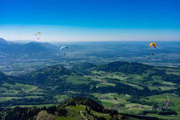 Aktionsport: Gleitschirmflieger am Hochries im schönen Chiemgau in Bayern