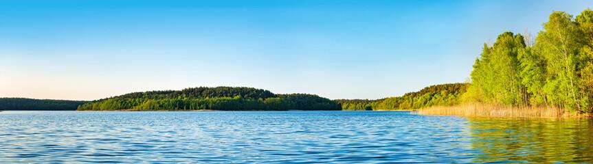 Fototapeten Blau Panorama, Frühling im Müritz-Nationalpark, Klarer See umgeben von unberührten Wäldern