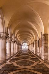 Arkaden am Dogenpalast in Venedig