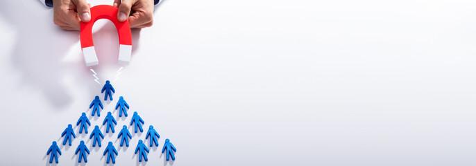 Papiers peints Montagne Businessman Attracting Blue Team With Horseshoe Magnet