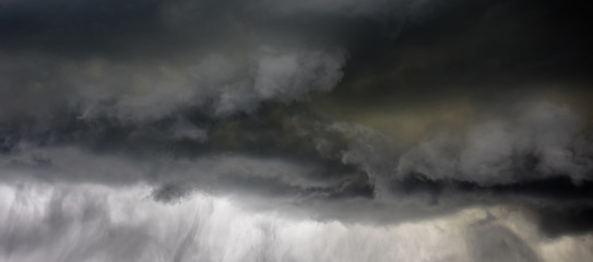 Accumulation of black clouds before a thunderstorm Fotobehang