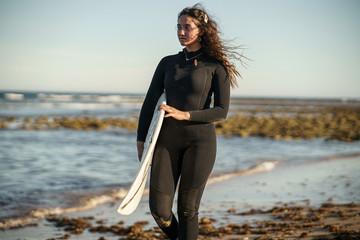Chica surf españa sur Fotobehang