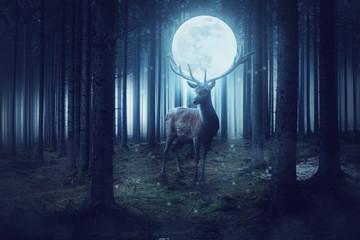 Großer Hirsch trägt einen Vollmond auf seinem Geweih in einem dunklen gruseligen Wald