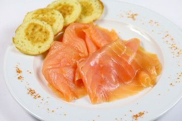 tranches de saumon fumé et blinis