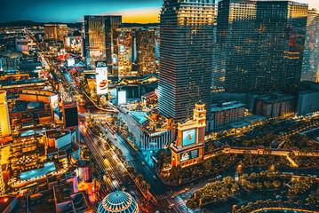Photo sur Plexiglas Las Vegas Main street of Las Vegas-is the Strip in evening time.