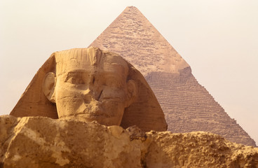 Tuinposter Egypte Sphinx And Pyramid Against Clear Sky