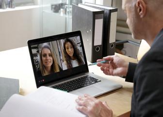 Geschäftsleute halten eine Videokonferenz ab
