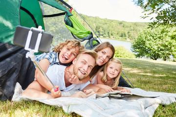 Familie beim Camping macht ein Selfie Foto