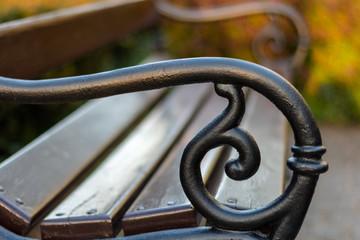 boczna część ławki w parku