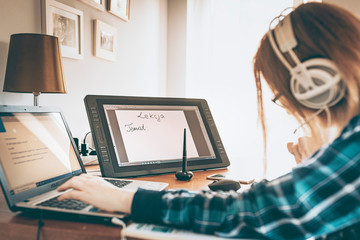 Fototapeta Lekcje w Polsce prowadzone przez nauczycieli online. Nauczycielka prowadzi lekcje matematyki rozmawiając przez zestaw słuchawkowy i rozwiązując zadania na tablecie graficznym. obraz
