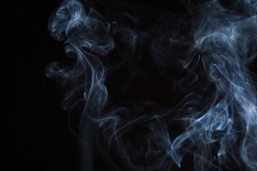 Obraz dym z kadzidełka na czarnym tle - fototapety do salonu