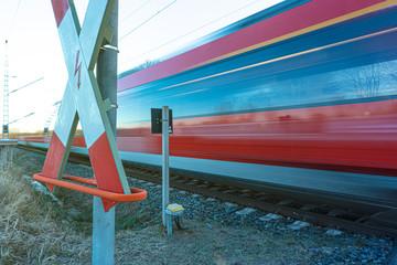 Zug passiert Bahnübergang