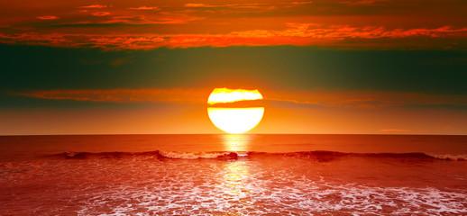 Fototapeten Ziegel Epic sunset over ocean