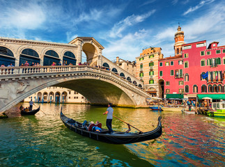 Foto op Aluminium Venetie Colorful morning view of Rialto Bridge. Amazing cityscape of Venice with tourists on gondolas, Italy, Europe. Romantic summer scene of famous Canal Grande. Traveling concept background.