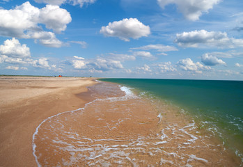 Fototapete - Sandy beach with beautiful cloudy sky on a sunny day