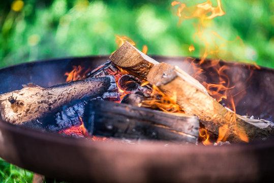 Feuerschale Lagerfeuer Feuerholz Bokeh Offenblende