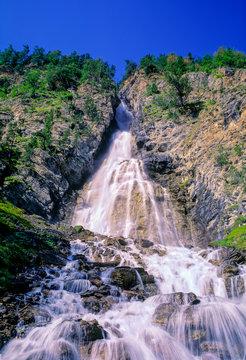 Cascade de la Pisse près de Ceillac dans le parc naturel régional du Queyras dans les hautes-Alpes en France