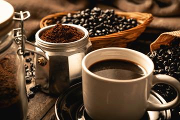 Tuinposter koffiebar Café sobre tablas de madera, café molido y granos de café