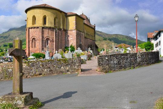 L'église et le chat qui marche de Bidarray (64780), Pyénées-Atlantiques en Nouvelle-Aquitaine, France