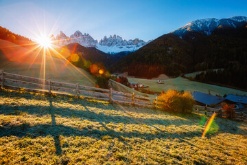 壁紙(ウォールミューラル) - Morning in St. Magdalena village. Location Val di Funes, Dolomite alps, Italy, Europe.