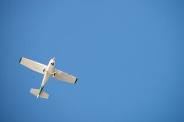 kleines Flugzeug am Himmel