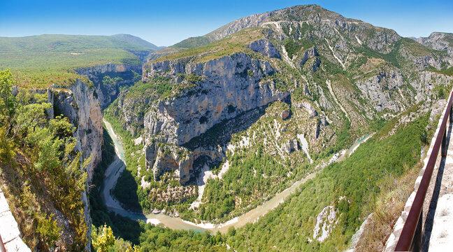 Verdonschlucht Panorama, tiefe Schlucht mit Fluss und Bergen