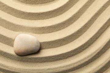 Photo sur Plexiglas Zen pierres a sable Stone on the sand with patterns. Zen concept