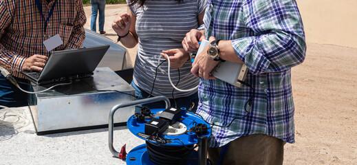 Científicos preparando dispositivos para medir gas Radon