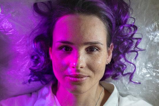 Schönheit mit Lila Haaren im Berliner Style