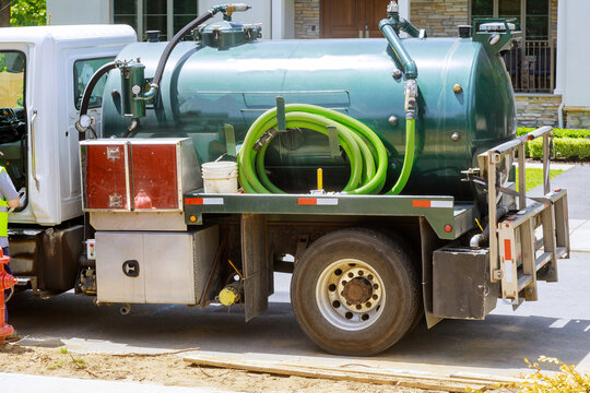 Portable restroom cleaning septic truck sewer pumping machine
