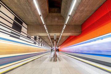 Highspeed Metro - Züge fahren durch die Station