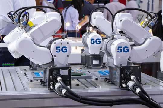 Robot smart and conveyor belt, Factory automation 5G network.