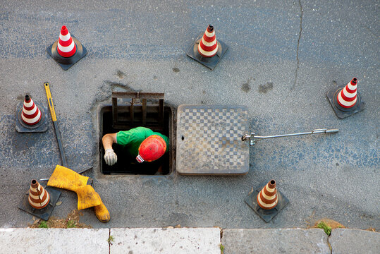 sequence of worker going in the manhole in the street, step 5