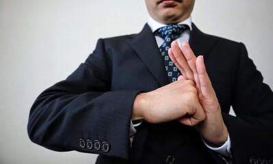 挨拶をするビジネスマンのクローズアップ